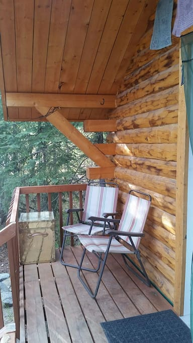 Nice deck with colapsable chairs, you are welcome to smoke on the deck as long as you are careful and dispose the trash properly