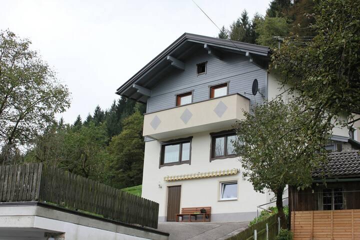 Casa sulla bellissima posizione in Fugen con una splendida vista del villaggio