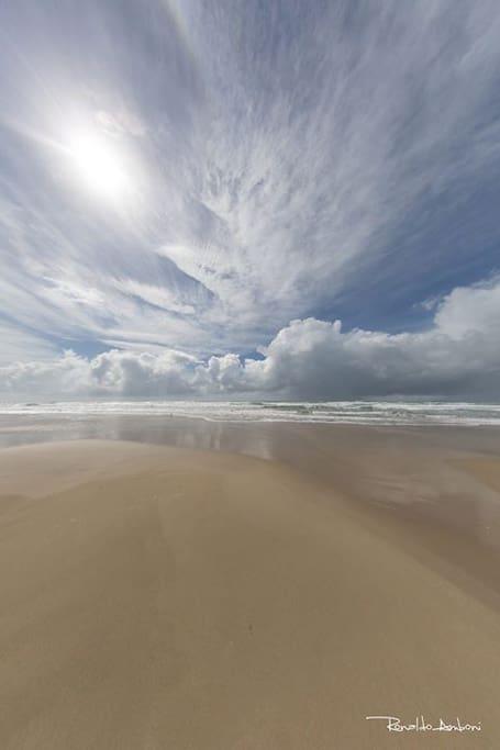 Água do mar quente e limpa. Pouca gente na imensidão de areia fina. Lugar para descançar, refletir, curtir a família.