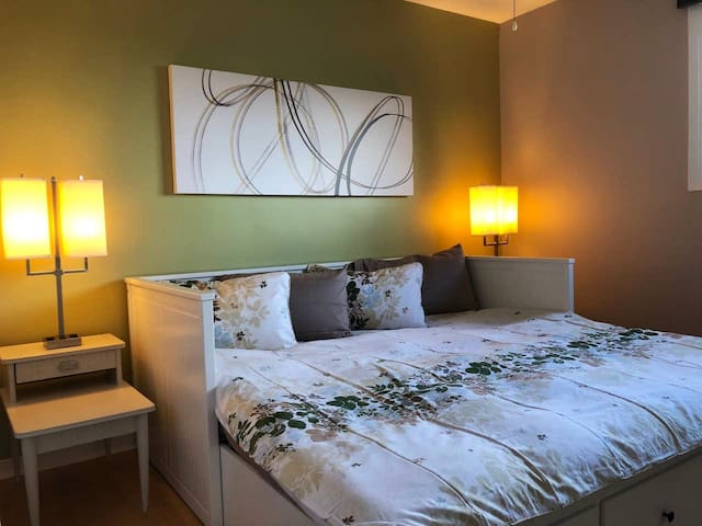 Private Bedroom 5 minutes from Downtown Paris (G)