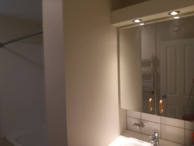 Near the airport. Shared room - females only 3. - IS - Apartment