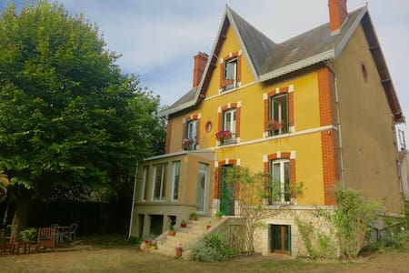 Unique house an hour from Paris in historic town - Château-Landon - Dům