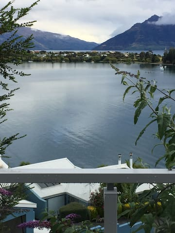 Amazing Lakeview 1 - Walk to town, ensuite