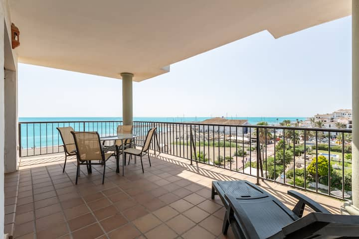 Spacious 2 bedroom apartment with amazing sea views, Wi-Fi, pools, gardens, 24 h security, direct access to the beach