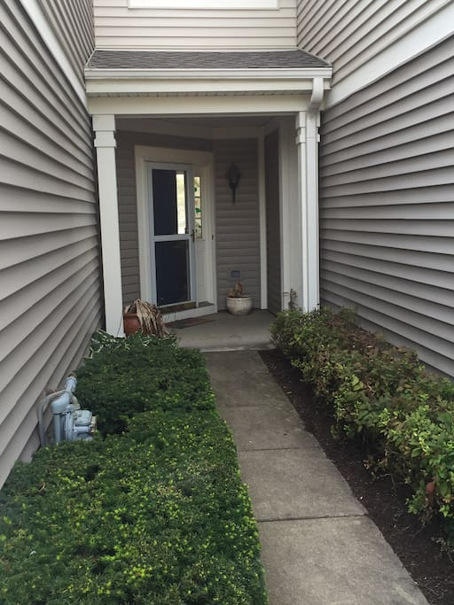 Big townhome w lake trail garage near ohare for Big garage for rent