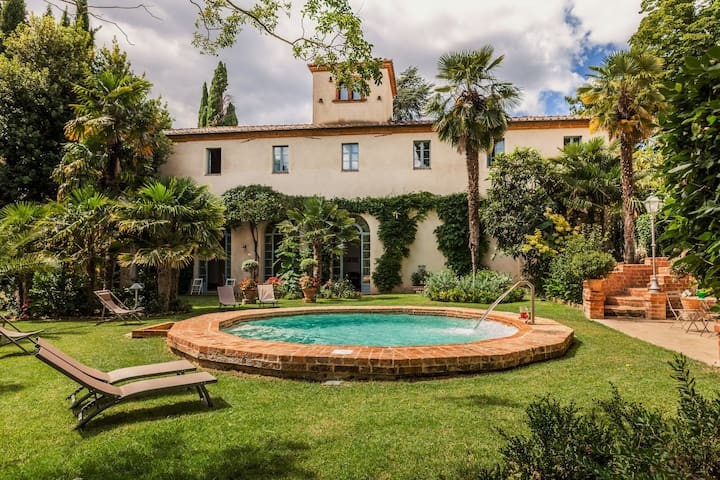 Ancient villa with Jacuzzi, pool and tennis court - Sinalunga