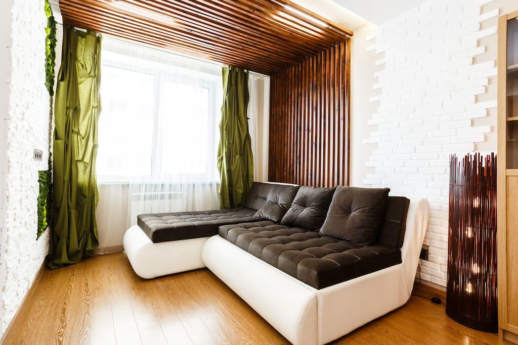 На стенах и потолке отделка натуральным деревом/On the walls and the ceiling is a natural wood finish