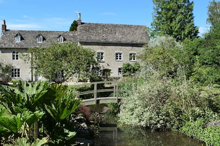 Mill Loft, waterside apartment nr Cirencester