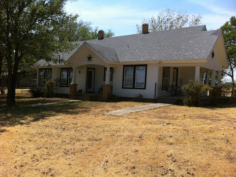 Quiet, Convenient Farm House at Lake Ray Roberts