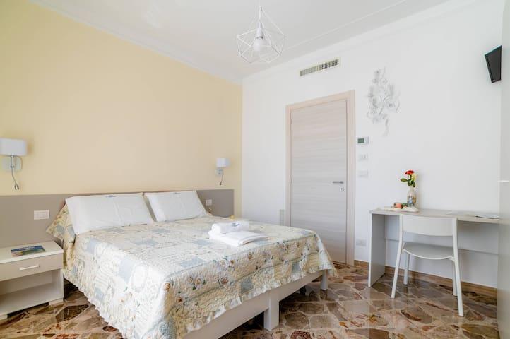Suite Porto Rosso - B&B L'Approdo, WiFi, A/C, 5min by walk from city center