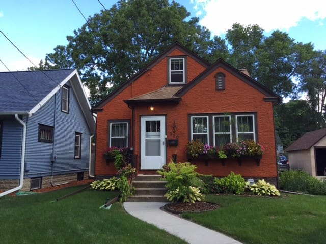 Cozy Downtown Bungalow-Hosts next door-Mayo close - Rochester - Casa