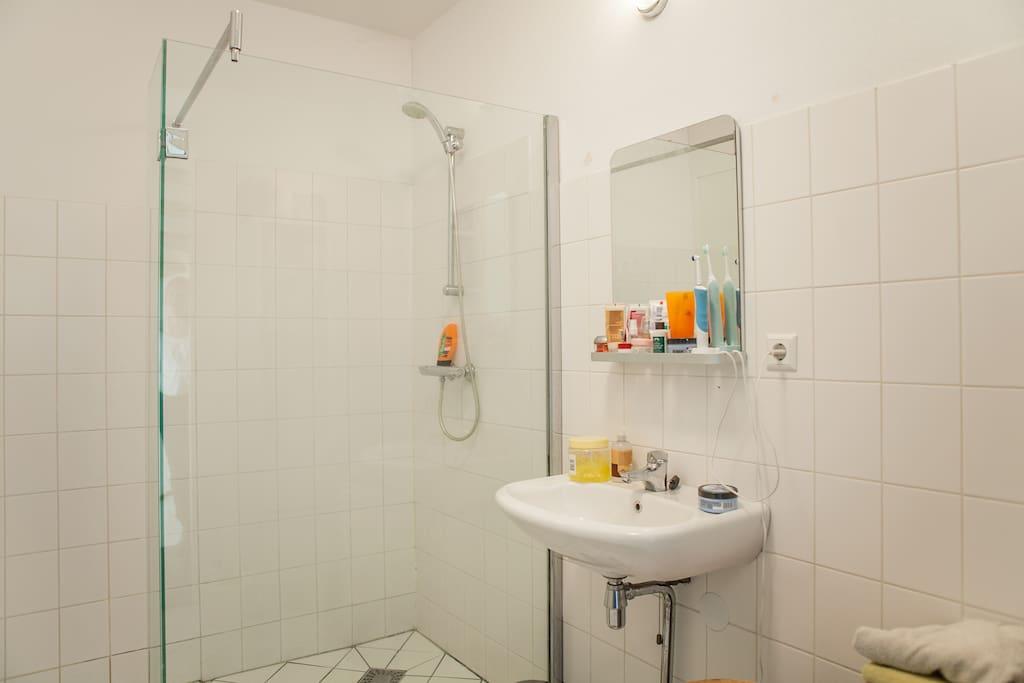 De douche wordt gedeeld met de bewoners.