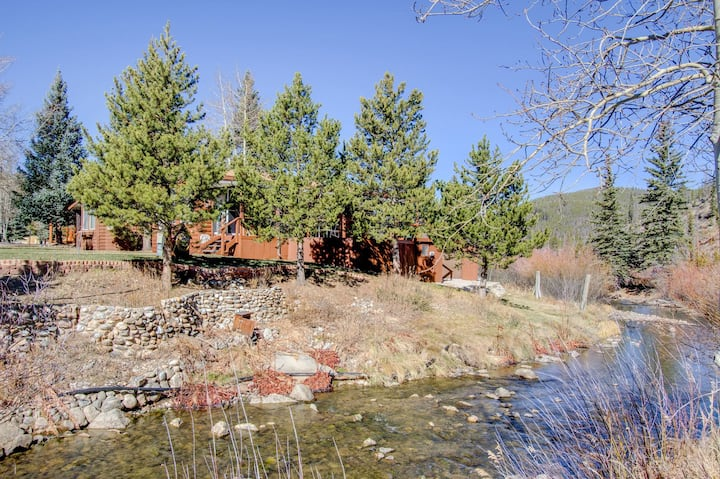 Rustic River Chalet, Close to Skiing, Pet Friendly Tiny House