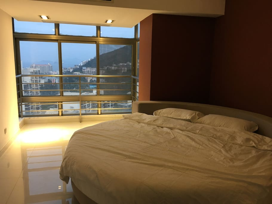 主卧双人圆床,早晨起床就可以看到海天一线,热恋情侣新婚蜜月恩爱夫妇最佳选择