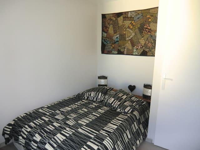 jolie petite chambre dans appartement tout neuf - Chartres - Apartment