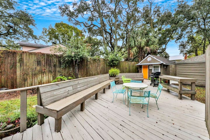 Picturesque and eclectic beach cottage close to shops and restaurants!