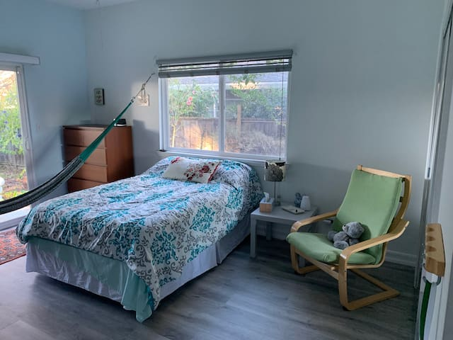Lovely, spacious Redwood City room w/ garden view