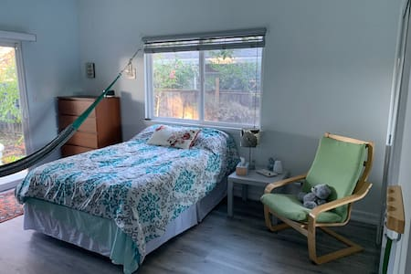 Lovely Redwood City room w/ Private entrance