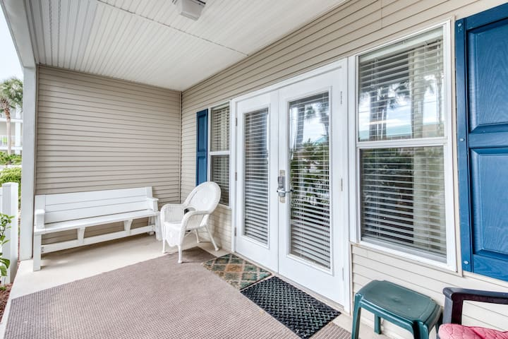 1st Floor Bright, open condo, Steps to the beach, Minutes to entertainment