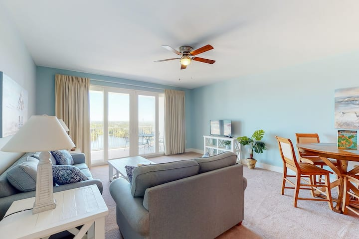 Chill condo w/ ocean views, balcony, shared hot tub and pools, and central AC!