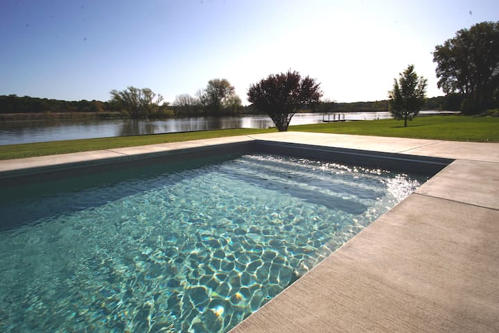 Riverdance - Waterfront Retreat Heated Pool + Spa