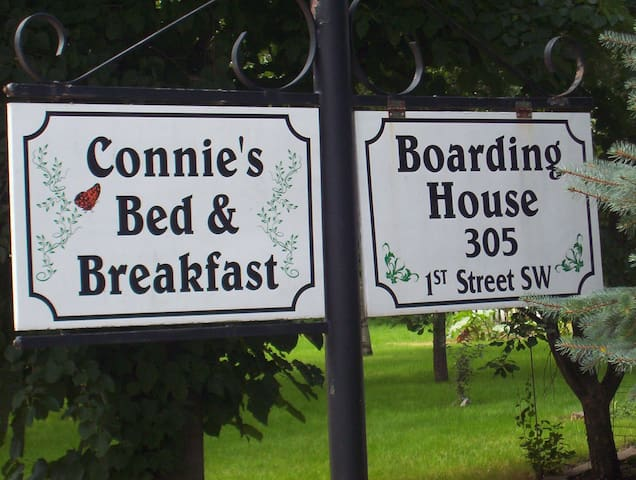 Connies Bed & Breakfast and Boarding House - Fostoria - Bed & Breakfast