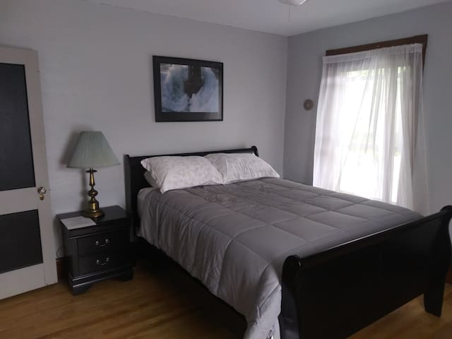 Perfect in-town setting, comfortable double bed -2