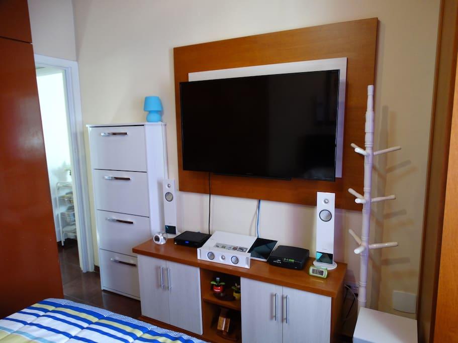 TV plasma no quarto para seu conforto