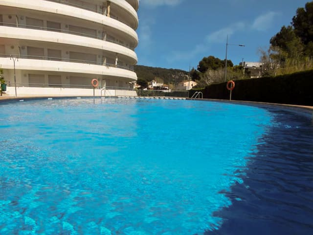 Apartment with terrace and pool 250m from the beach