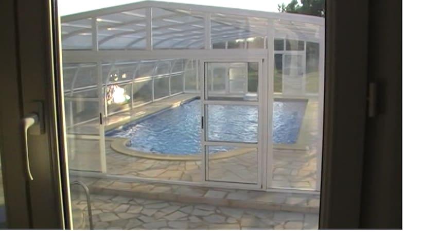 Vista de la piscina desde el salón de la casa