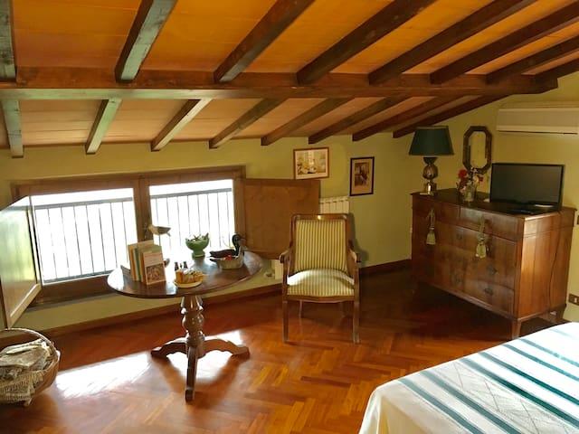 panoramica camera da letto matrimoniale piano superiore.