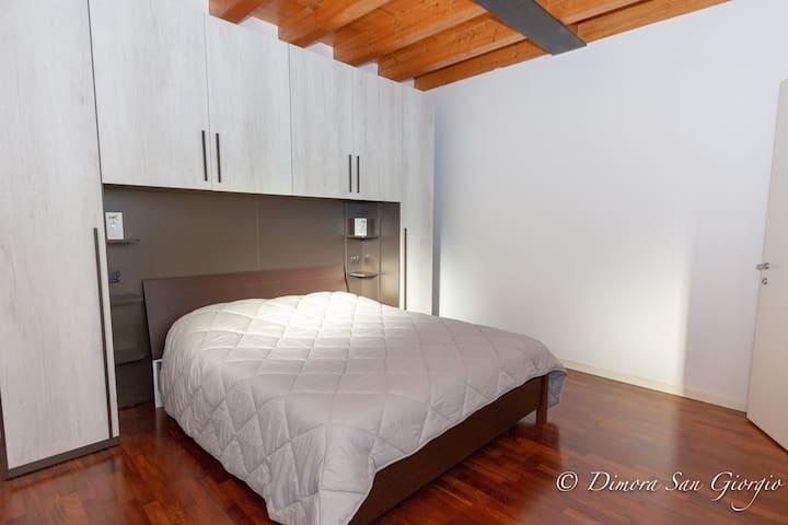Large bedroom, with parquet. New mattress. Linen and changes are available to guests. Ampia camera da letto, con parquet. Materasso nuovo. La biancheria e i cambi sono a disposizione degli ospiti.