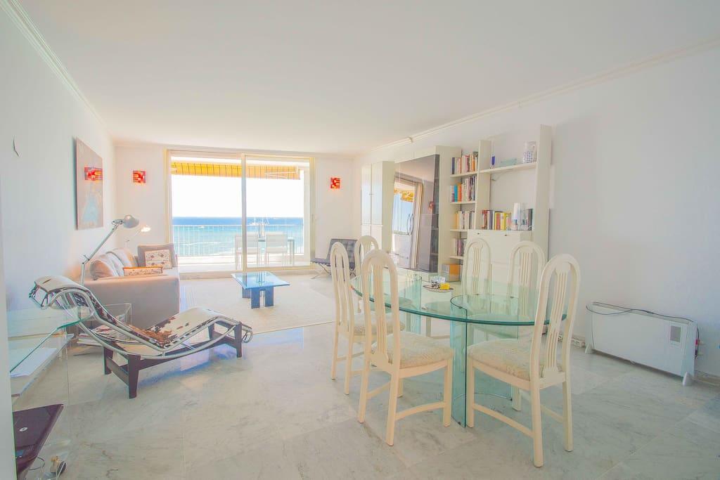 Salon et salle à manger avec vue mer