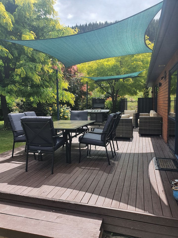 Fabulous spacious Clyde indoor-outdoor retreat.