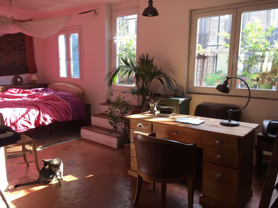 La lumière dans le bureau et l'alcôve qui donnent sur la terrasse de 10m2