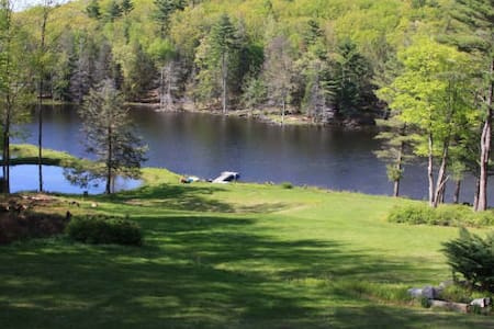 Rustic Lakefront on 31 acres - Paupack - 独立屋