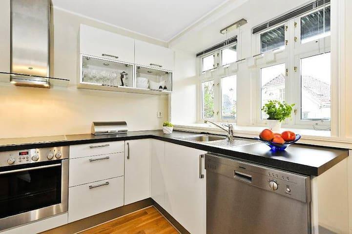Kjøkken med det du trenger av kopper, glass, bestikk, etc.