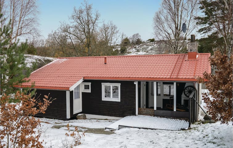 Holiday cottage with 4 bedrooms on 95 m² in Hjälteby