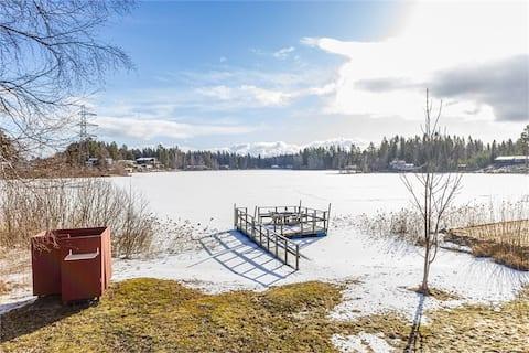 Hyggelig hytte med søejendom og egen brygge i Gävle
