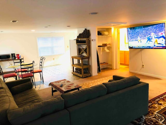 Spacious & Comfortable Suite, Close to Everything!