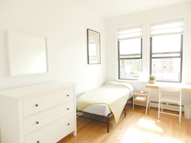 Gorgeous Room in a renovated Woodside townhouse!