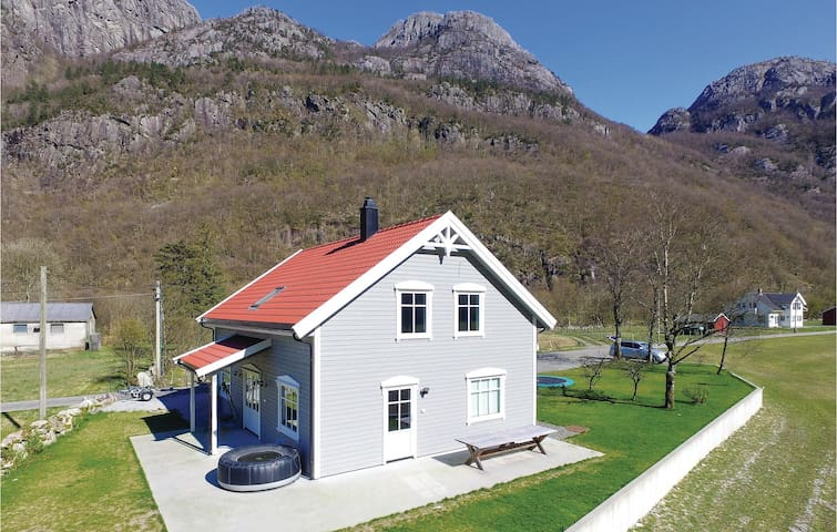Holiday cottage with 4 bedrooms on 140m² in Dirdal