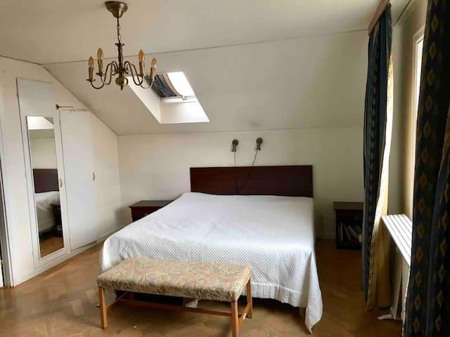 Sovrum på övre plan. Två sängar från Carpe Diem och 1 bäddsoffa