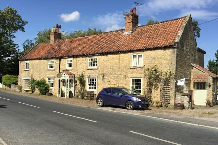 Coxwold Tearooms and B&B - Double room 'Byland'
