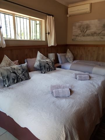 Room4 SC Honey Lodge: Dinokeng Big5 Game Reserve