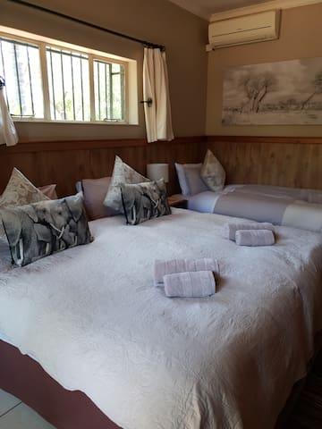 Honey Lodge: Dinokeng Big5 Game Reserve Room4 SC