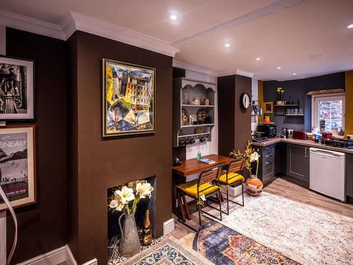Town Centre Apartment ideal for 3/4 guests Sharing