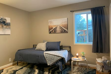 Vacationers & Travelers! Cozy Room - 10mi to PDX