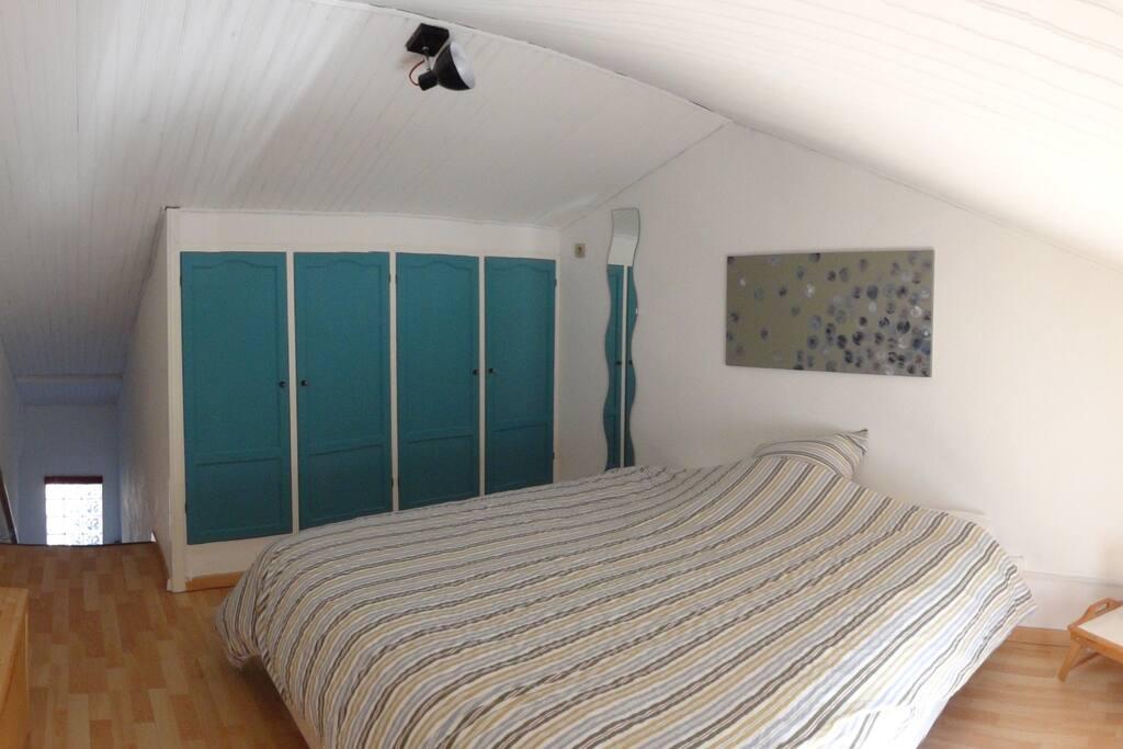 Chambre équipée d'un lit en 160, de rangements et de climatisation/chauffage