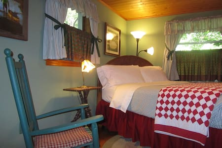 Cottage at Colonial Pines Inn B&B - 아파트